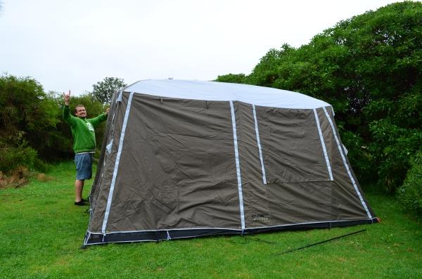 Montando a barraca na chuva